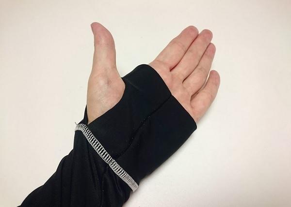 ラッシュガードの袖先に指穴がある